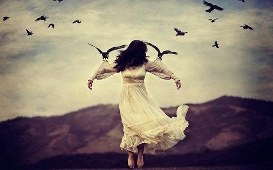 Mulher sendo levada por pássaros