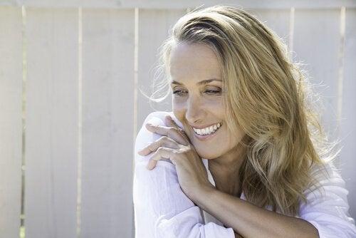 Mulher feliz após a menopausa