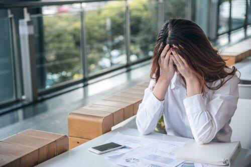 Mulher estressada por seus problemas pessoais