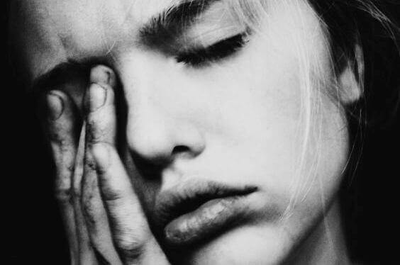 Mulher enfrentando sofrimento