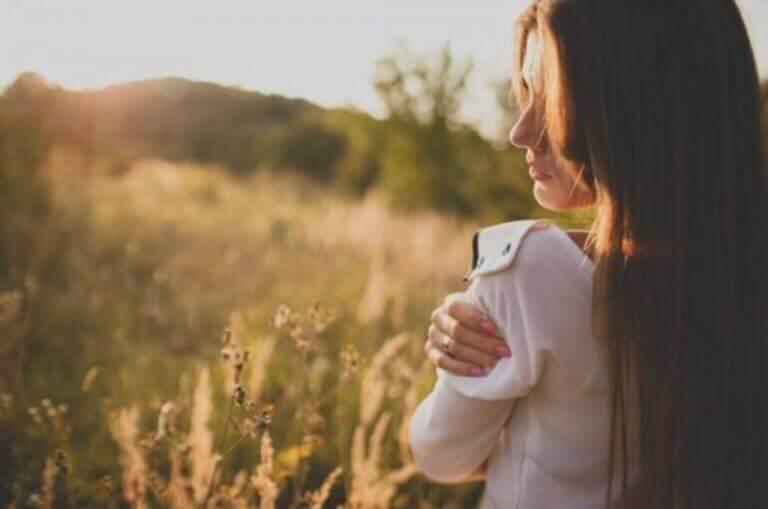 Mulher sozinha no campo