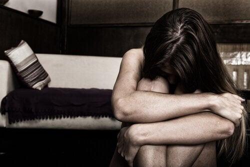 Mulher sofrendo por causa de pessoas carentes de empatia