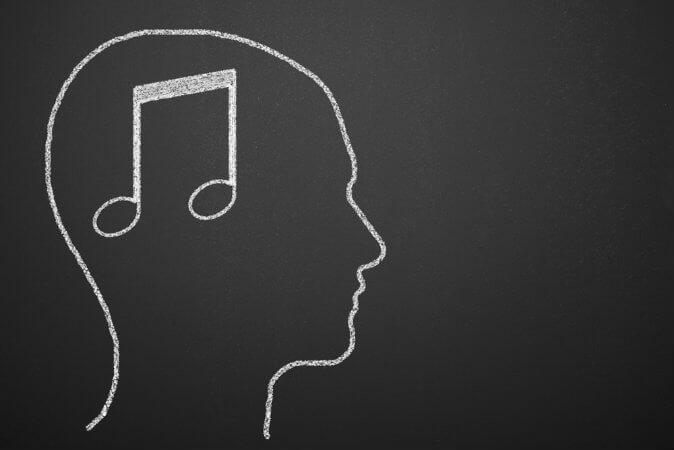 Como a música influencia a internalização de mensagens?