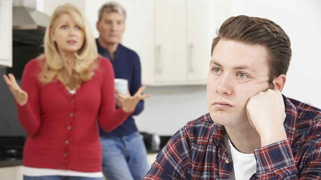 Pais querendo que o filho vá embora de casa