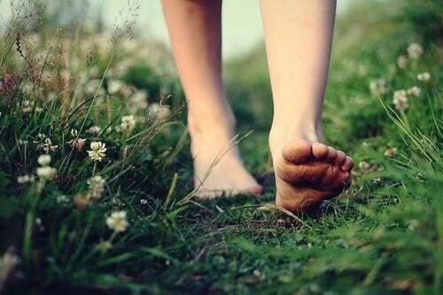 Andar descalça na grama