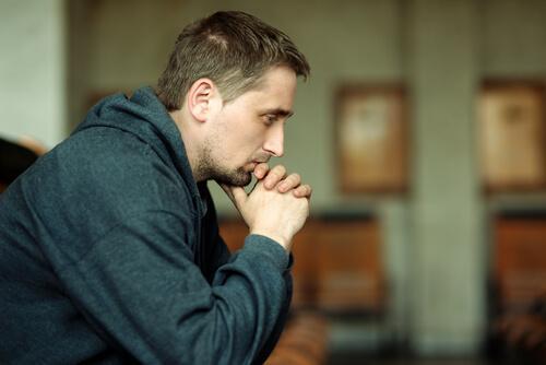Homem aguardando seu julgamento