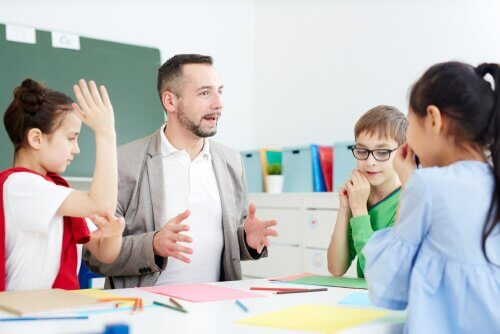 Crianças aprendendo em sala de aula