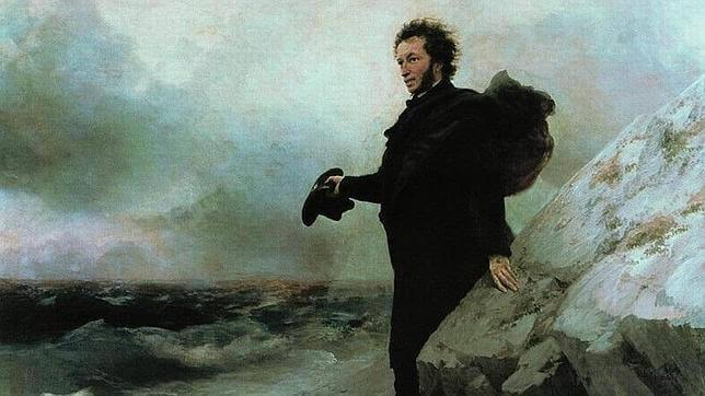 Homem caminhando perto do mar