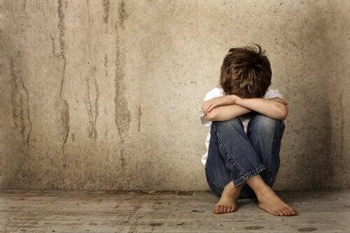 Criança vítima do desprezo dos pais