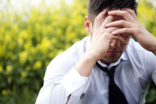 Homem com sintomas de estresse