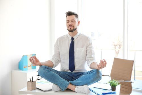 Homem meditando no trabalho