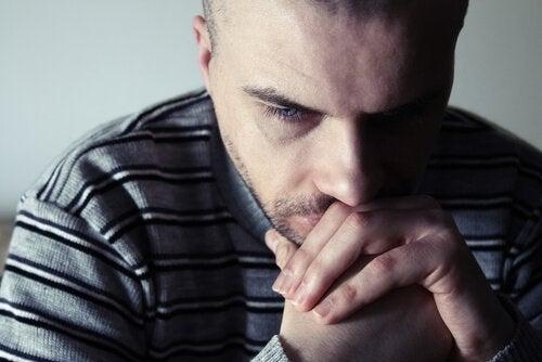 Homem sofrendo de depressão dupla