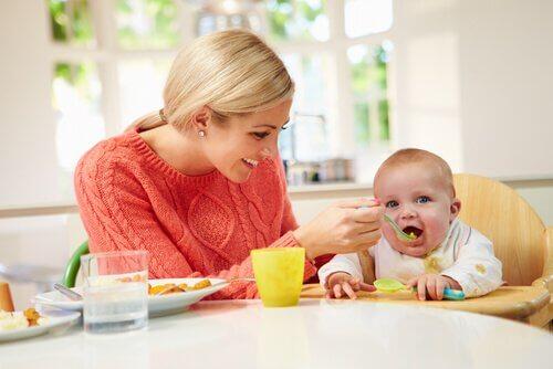 Mãe alimentando seu filho