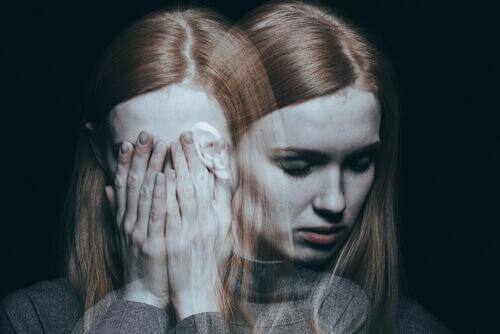 Mulher sofrendo de psicose