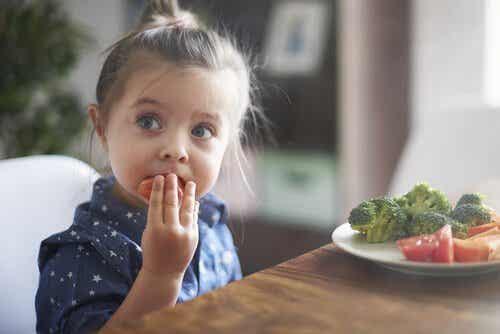 A importância de ensinar as crianças a comer bem
