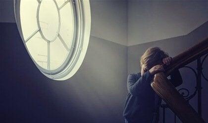 Criança enfrentando isolamento