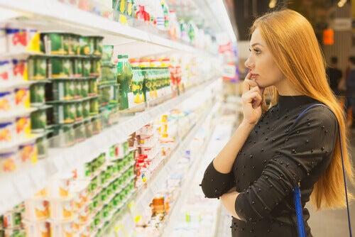 Mulher em dúvida no supermercado