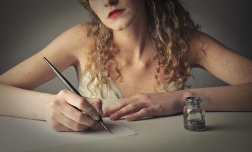 Mulher escrevendo à mão