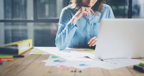 Mulher trabalhando em escritório