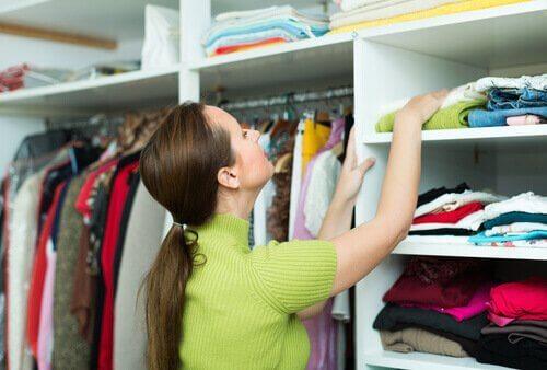 Mulher organizando o armário
