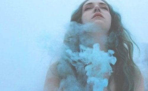 Mulher com fumaça azul