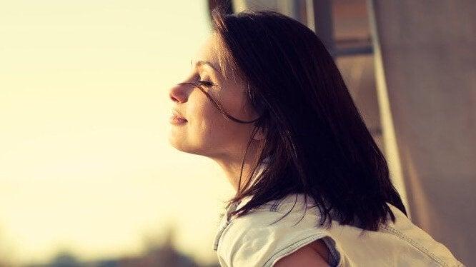 Mulher feliz de olhos fechados