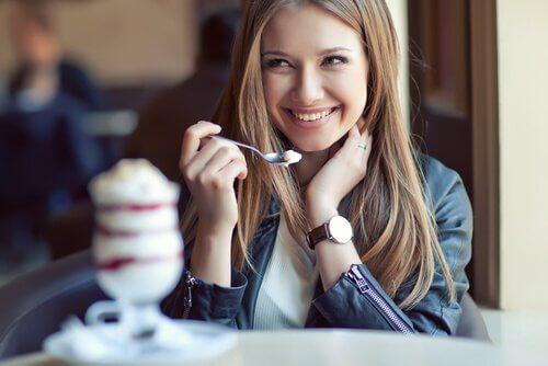 Mulher tomando sorvete