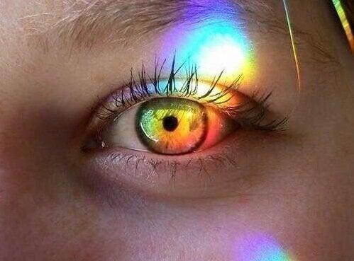 Olho com feixe de cores