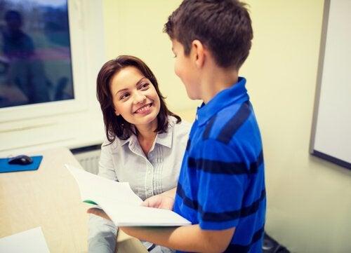 Professora tirando dúvida de aluno
