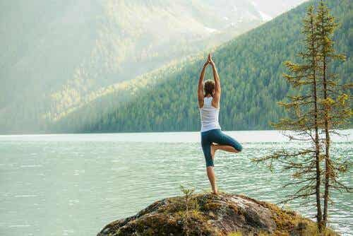 5 posturas fáceis de ioga para canalizar a energia