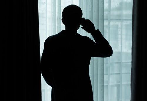 Silhueta de homem na janela