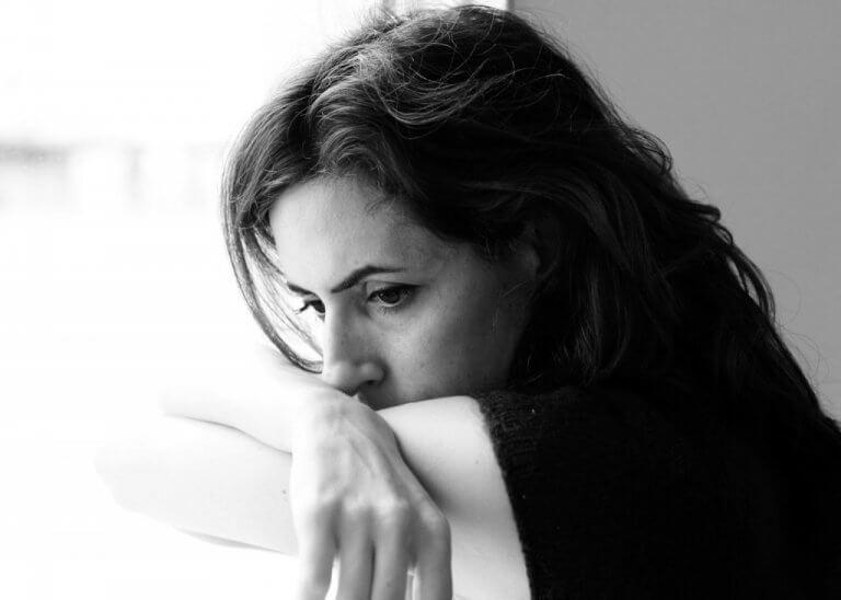 Mulher infeliz no trabalho