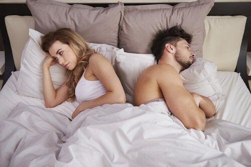 Casal sofrendo com disforia pós-sexo