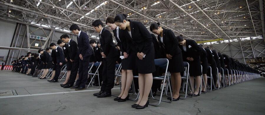 Funcionários uniformizados demonstrando respeito