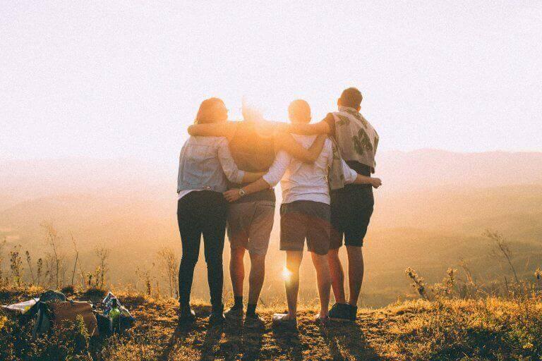 Grupo de amigos em paisagem bonita