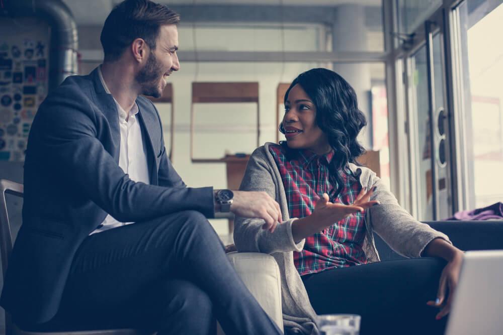 Homem e mulher praticando a comunicação persuasiva