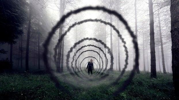 Túnel aberto em floresta