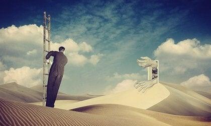 Homem em escada no deserto