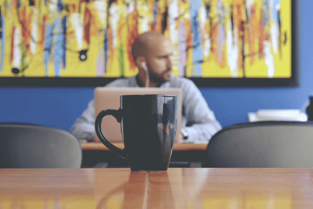 Homem pensativo em cafeteria