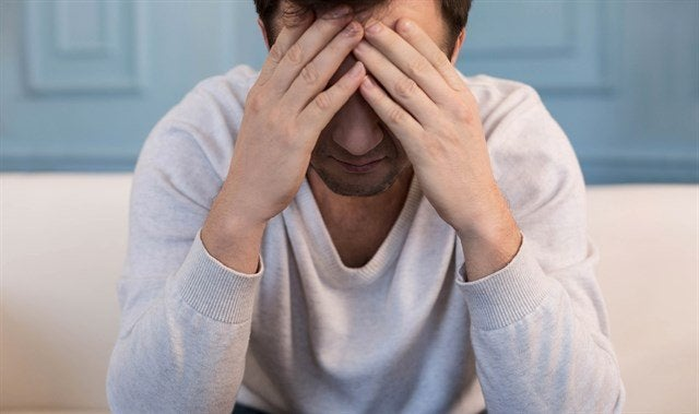 Homem triste com dor de cabeça