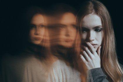 Menina aflita sentindo ansiedade