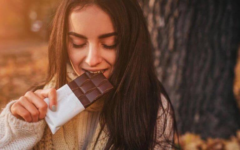 Jovem comendo chocolate