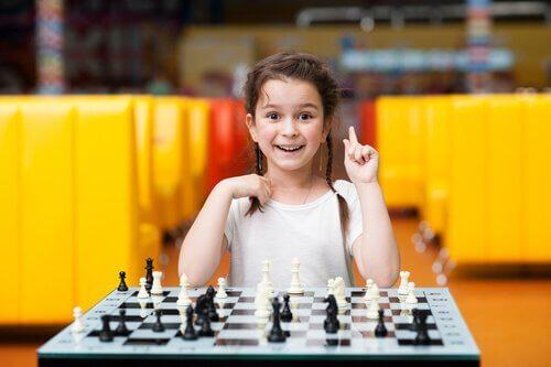 Menina jogando xadrez