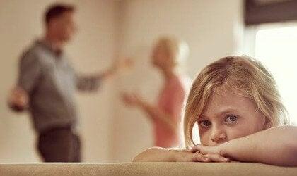 Pais brigando na frente da filha