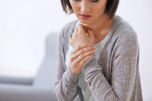 Mulher precisa de terapia somática para liberar emoções