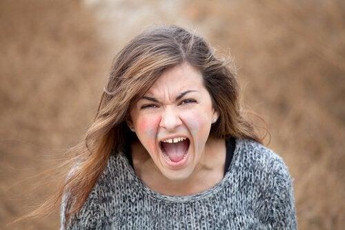 Jovem narcisista gritando