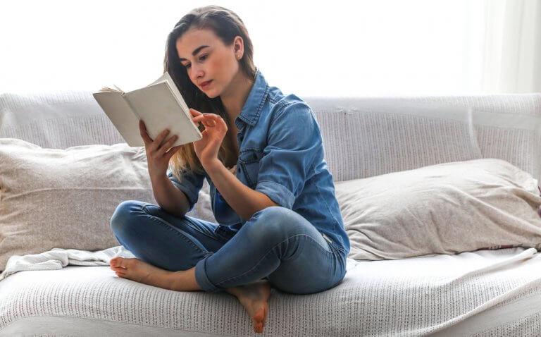 Mulher lendo livro para superar a ansiedade
