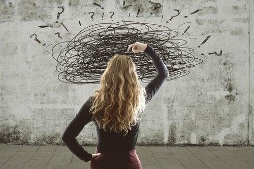 Mulher com a mente confusa