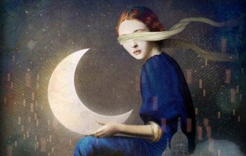 Mulher segurando lua de olhos vendados