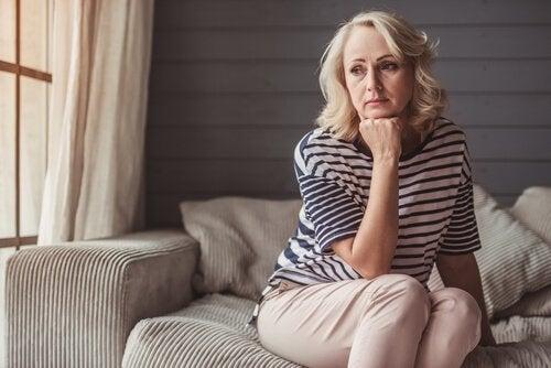 Mulher preocupada com a estagnação